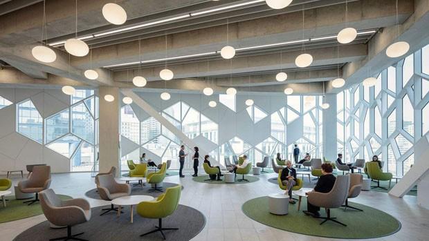 Construída sobre linha de trem, biblioteca no Canadá reabre após reforma de R$908 milhões (Foto: Reprodução)