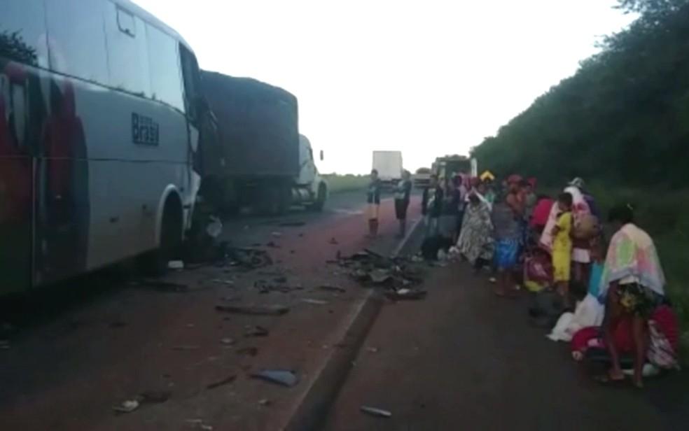 Acidente entre ônibus e caminhão deixa feridos, entre Rio Verde e Jataí â?? Foto: Reprodução/TV Anhanguera