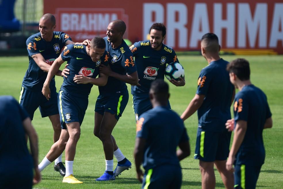 Miranda, Fernandinho e Neymar brincam com Richarlison no treino da seleção brasileira — Foto: Pedro Martins / MowaPress