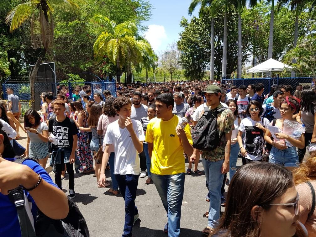 Milhares de alunos entram para fazer a prova do Enem na Unifor, em Fortaleza — Foto: José Leomar/SVM