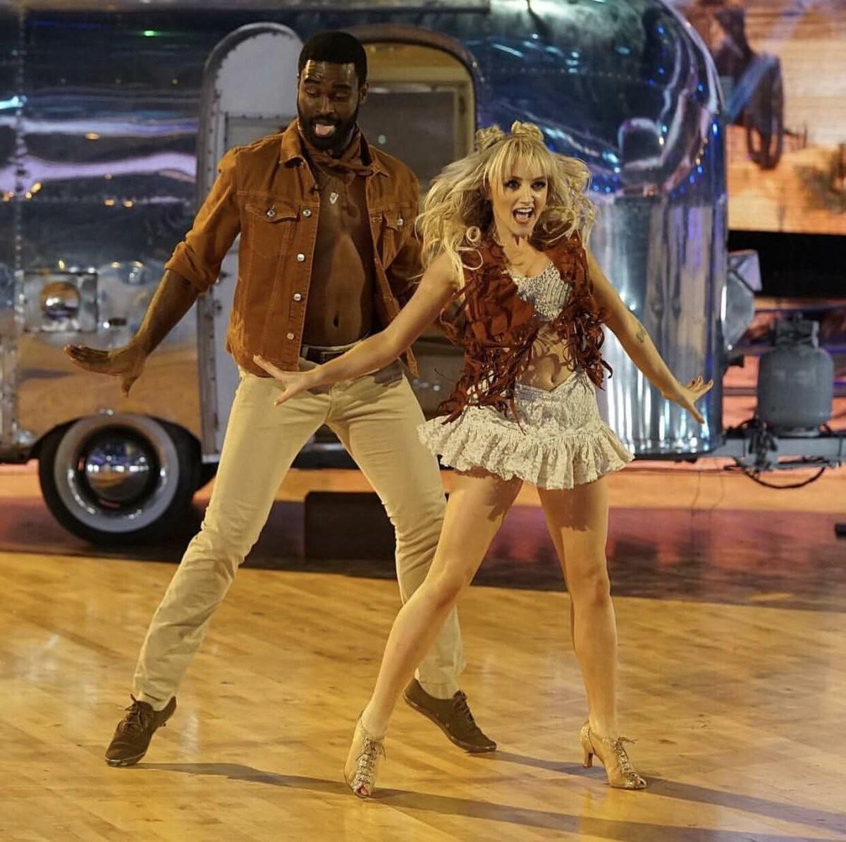 A atriz Evanna Lynch durante sua participação na versão norte-americana do reality show Dança dos Famosos (Foto: Twitter)