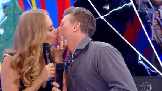 Luciano Huck ganha beijo de Angélica no palco do 'Caldeirão'