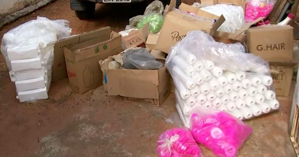 Em algumas casas que serviam de depósito policiais apreeenderam grande quantidade de embalagens plásticas vazias (Foto: TV TEM/Reprodução)