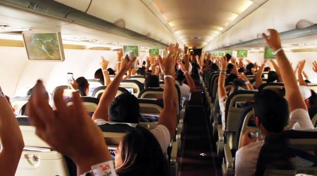 Passageiros se divertem durante voo em ação da Juca Na Balada (Foto: Divulgação)