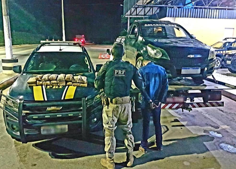 Um homem que já possuía antecedentes criminais por roubo, foi levado para a Superintendência da Polícia Federal. — Foto: PRF-CE