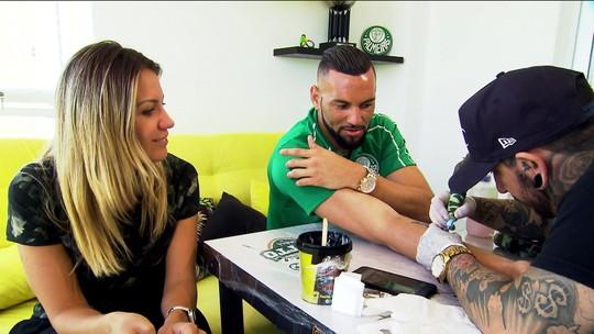 """Weverton faz tatuagem de taça, mas deixa espaço: """"Vai que em 2019 o Palmeiras é campeão"""""""