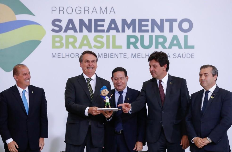 O presidente Jair Bolsonaro, no Palácio do Planalto, durante o lançamento do programa voltado ao saneamento básico em áreas rurais — Foto: Alan Santos/PR