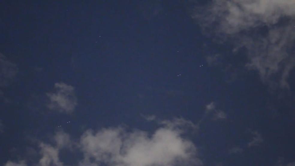 'Trem de satélites' da SpaceX cruzam céu de Brasília — Foto: Leo Caldas/Arquivo pessoal