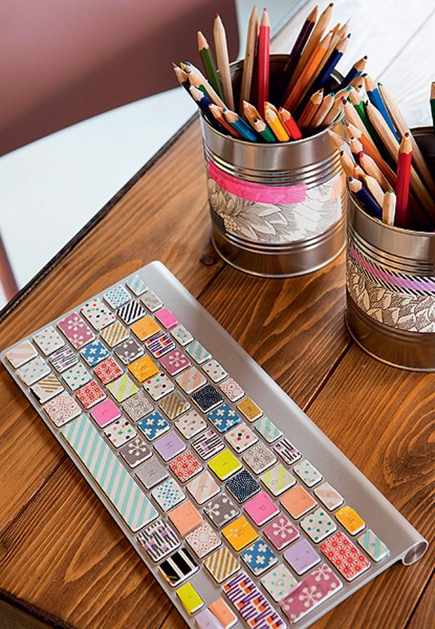O teclado do computador fica muito mais divertido com fitas adesivas estampadas. Produção de Daniela Cavestany.  (Foto: Jordy Canosa/Photopress.com)