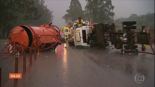 Caminhão-tanque tomba na BR-040 em Nova Lima (MG)