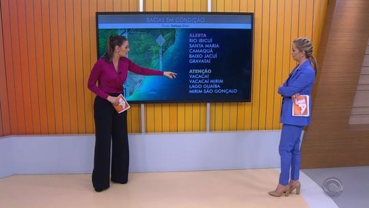 Cheia de rio inunda balneário e deixa pessoas fora de casa em Rosário do Sul