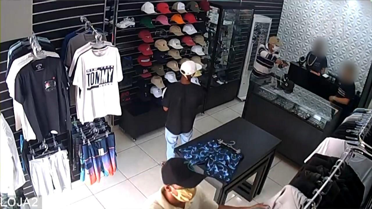Imagens mostram momento em que dono de loja dispara contra bandidos durante assalto