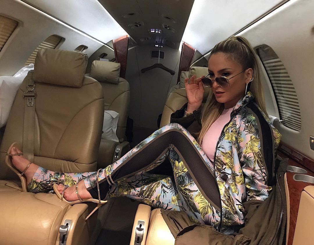 Claudia Leitte posa em jatinho com look grifado (Foto: Reprodução/Instagram)