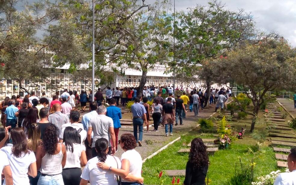 Amigos e familiares se despediram de Mar Ramos na manhã desta quinta-feira (9), em Itabuna (Foto: Luísa Couto/TV Santa Cruz)