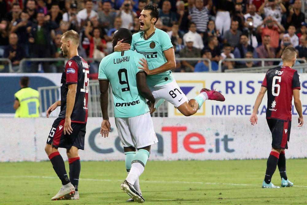Lukaku, da Inter, comemora gol e observa a torcida do Cagliari — Foto: Enrico Locci/Getty Images