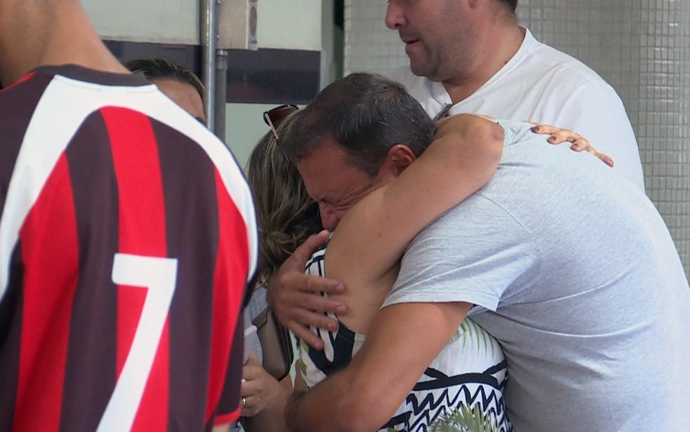 Pai de menina que caiu do 9º andar de um prédio em BH recebe familiares no hospital — Foto: Reprodução/TV Globo