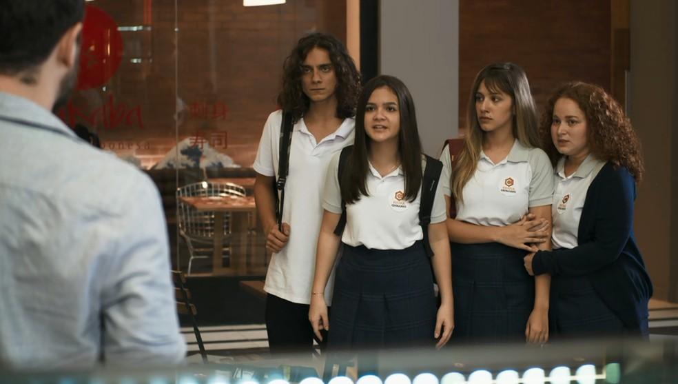 Cássia (Mel maia) e seus amigos ameaçam chamar a polícia para prender Lauro, em 'A Dona do Pedaço' — Foto: Globo