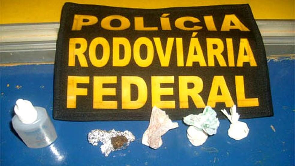 PRF encontrou substâncias entorpecentes encontradas dentro da caminhonete que causou acidente (Foto: PRF/Divulgação)