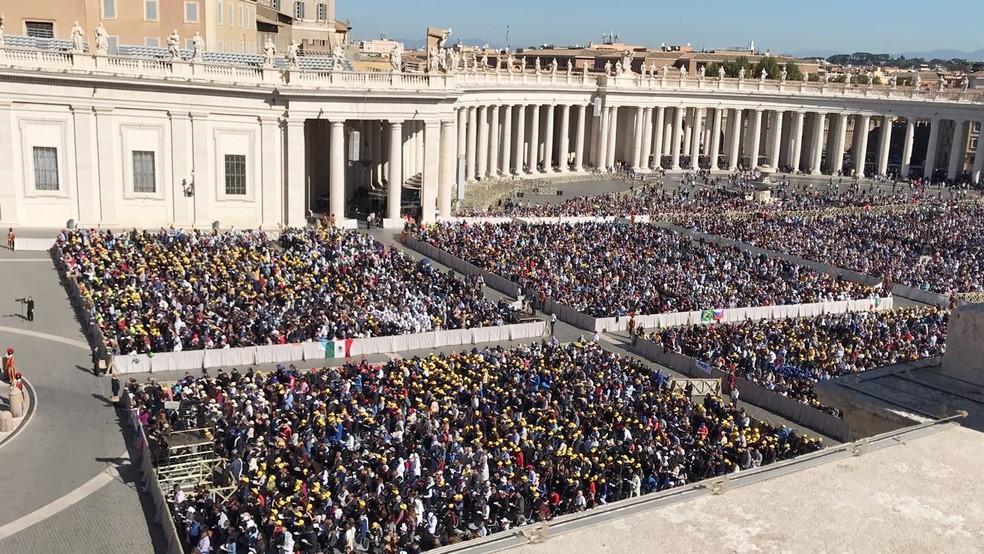 Fiéis lotaram a Praça de São Pedro para acompanhar a canonização dos mártires (Foto: Michelle Rincon/Inter TV Cabugi)