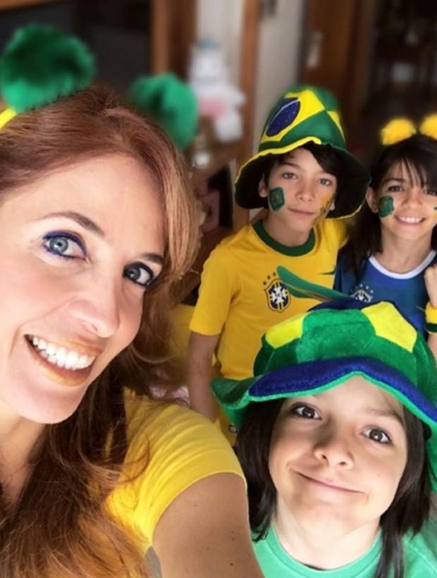 Poliana Abritta com os trigêmeos Guido, José e Manoela. (Foto: Reprodução/Instagram)