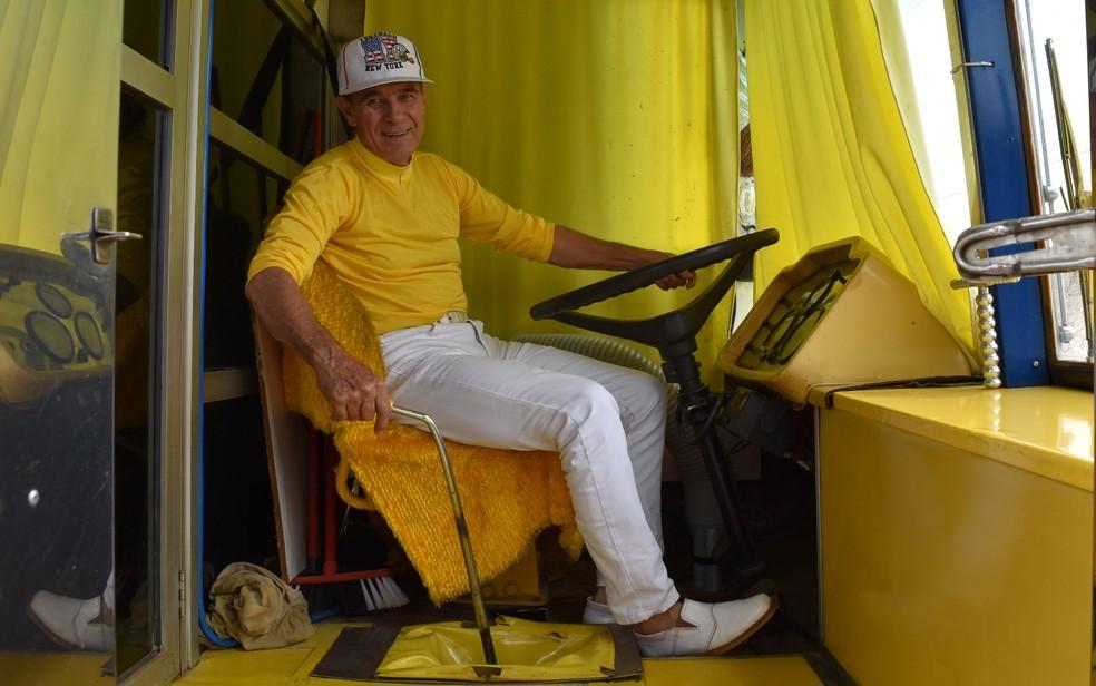 Ademar é quem dirige o ônibus até as áreas carentes para fazer atendimentos odontológicos na Grande Goiânia (Foto: Vitor Santana/G1)