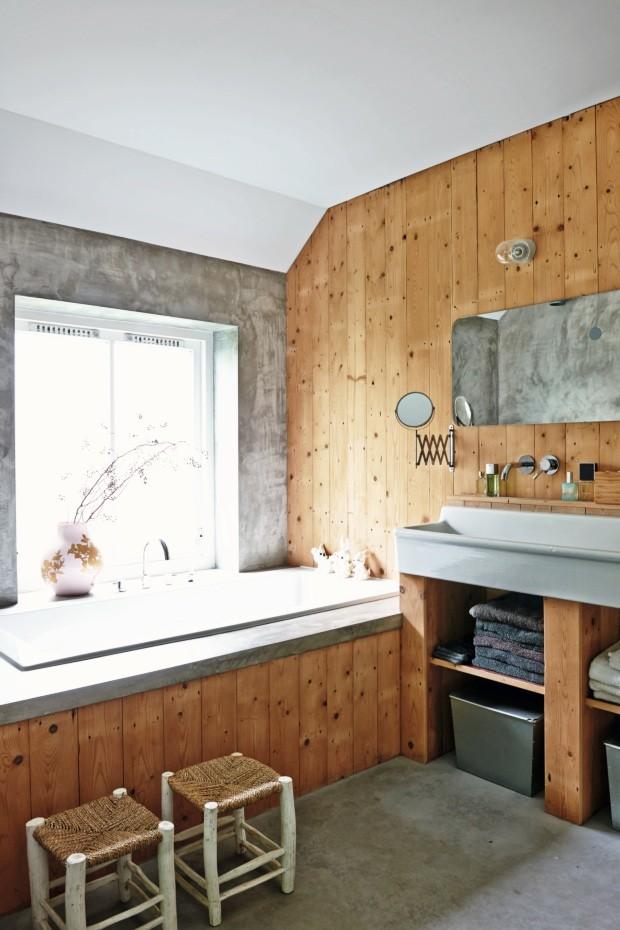 A madeira reveste a maior parte deste banheiro da suíte em uma fazenda de 1850, na Holanda (Foto: James Stokes / Living Inside)