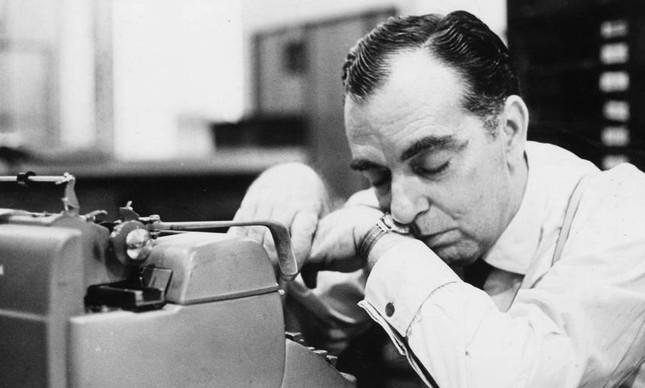 Nelson Rodrigues e sua máquina de escrever, em 1970