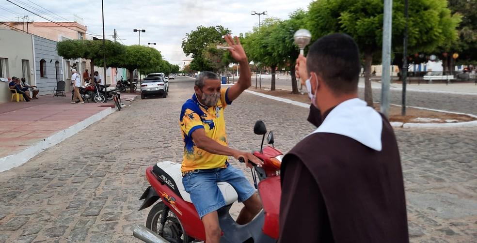 Passando em carro, moto ou bicicleta, devotos foram abençoados. — Foto: Wandemberg Belém