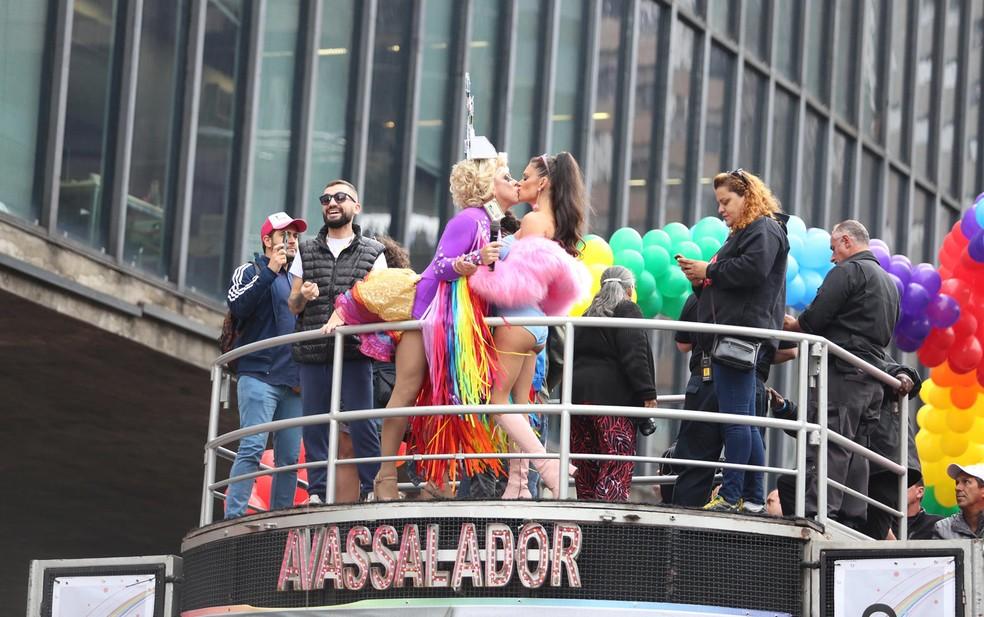Fernanda Lima dá selinho na drag queen Tchaka durante a 22ª Parada LGBT (Foto: Fábio Tito/ G1)