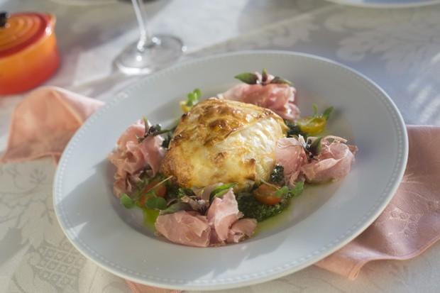 Menu italiano per la festa del papà: pratta croccante con prosciutto birmano e salsa al pesto (Foto: Johnny Massili)
