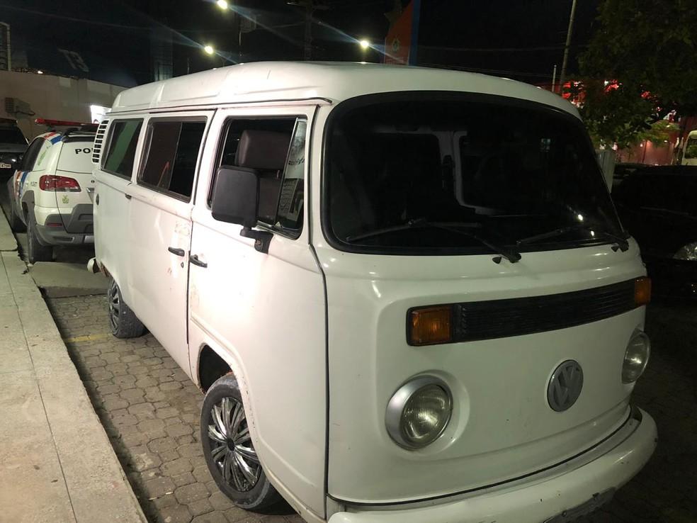 Carro usado pelos criminosos foi levado ao 6º DIP — Foto: Roberta Bindá/Grupo Rede Amazônica