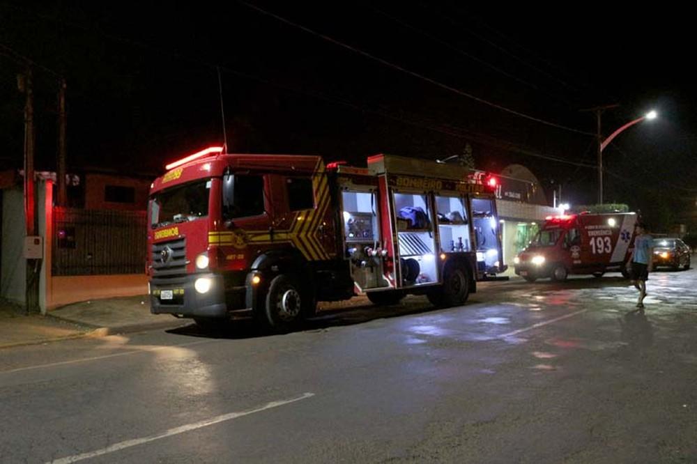 Foram usados mais de 2 mil litros de água para combater as chamas, em Chapadão do Sul (MS). — Foto: Site O Correio News