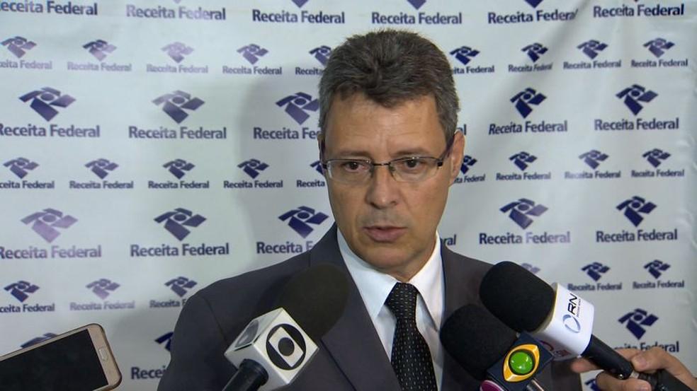 Delegado da receita explica como funcionavam fraudes — Foto: Ronaldo Rodrigues/ TV Gazeta