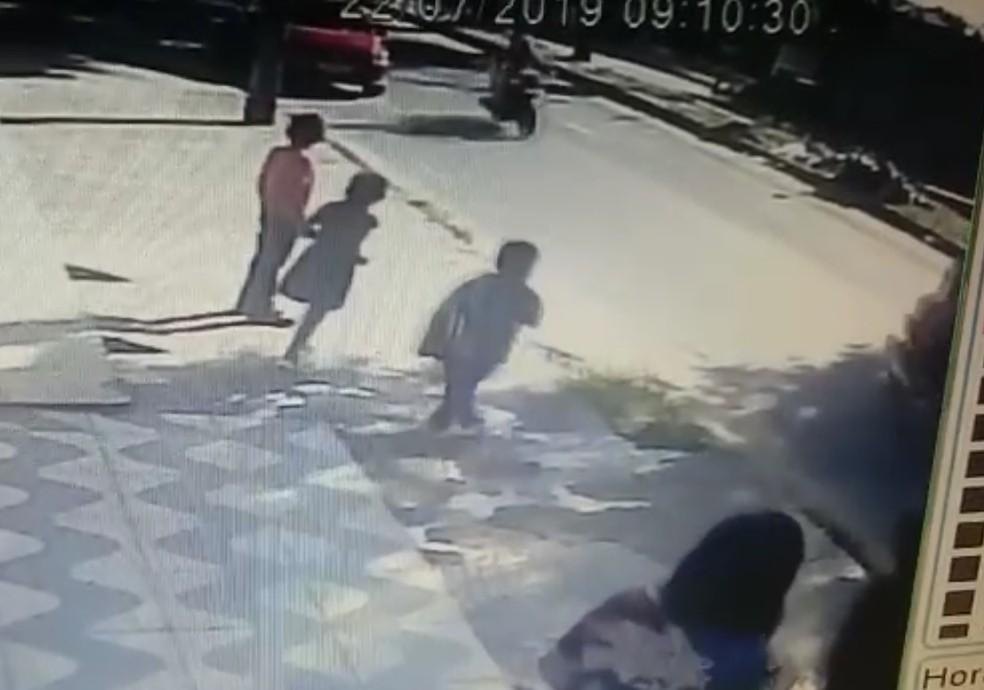 Crianças são abandonadas na rua após serem levadas em carro por assaltantes — Foto: Reprodução