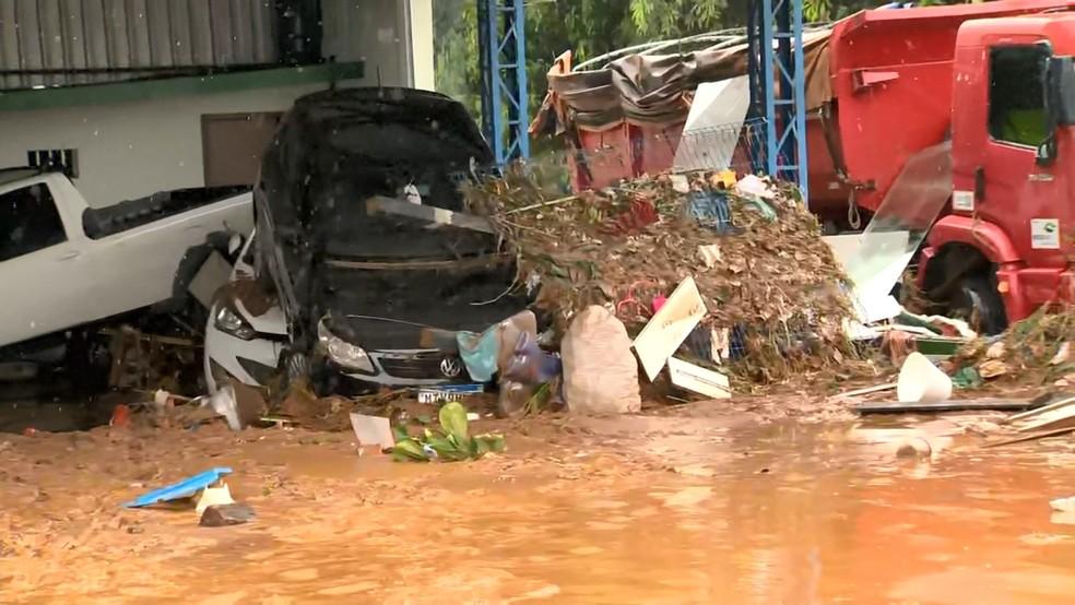 Chuva arrastou carros e inundou Iconha — Foto: Reprodução/TV Gazeta