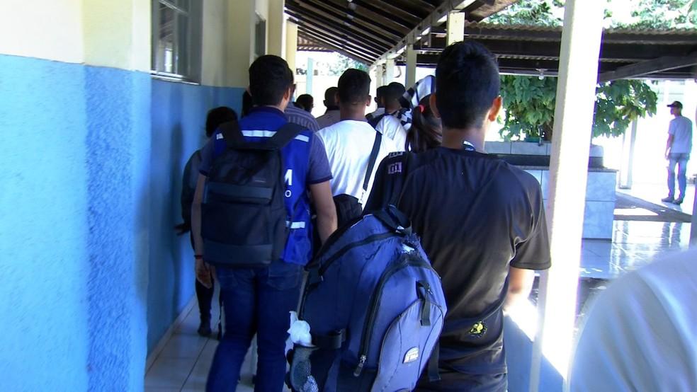 Grupo de 24 venezuelanos desembarcou em Cuiabá nessa terça-feira (4) (Foto: TVCA/Reprodução)