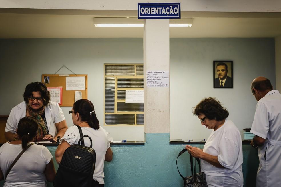 Recepção do Instituto de Medicina do Além, em Franca. Ao fundo, a foto do médico Ismael Alonso y Alonso  (Foto: Igor do Vale/G1)