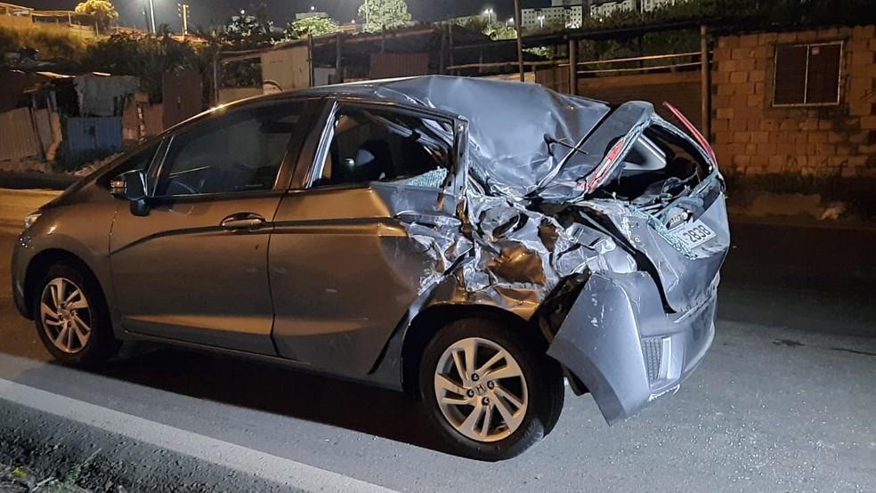 Carro também foi atingido na traseira, mas não houve ocupantes feridos — Foto: Lucas Franco/TV Globo