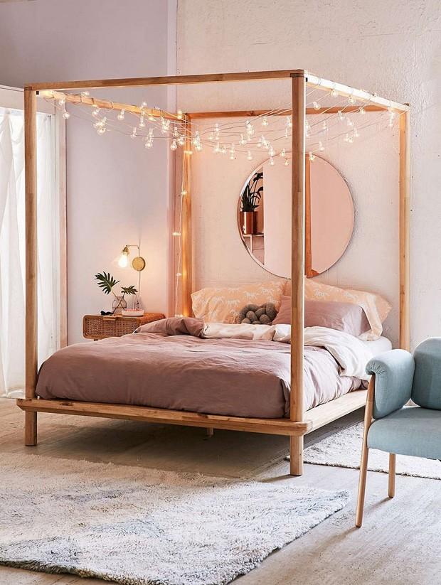 Décor do dia: quarto tem cama com dossel e luzinhas penduradas (Foto: Reprodução)