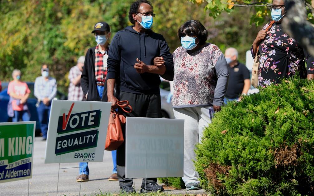 Eleitores aguardam em fila para votar em Black Mountain, na Carolina do Norte, na quinta-feira (15) — Foto: Brian Blanco/Getty Images/AFP