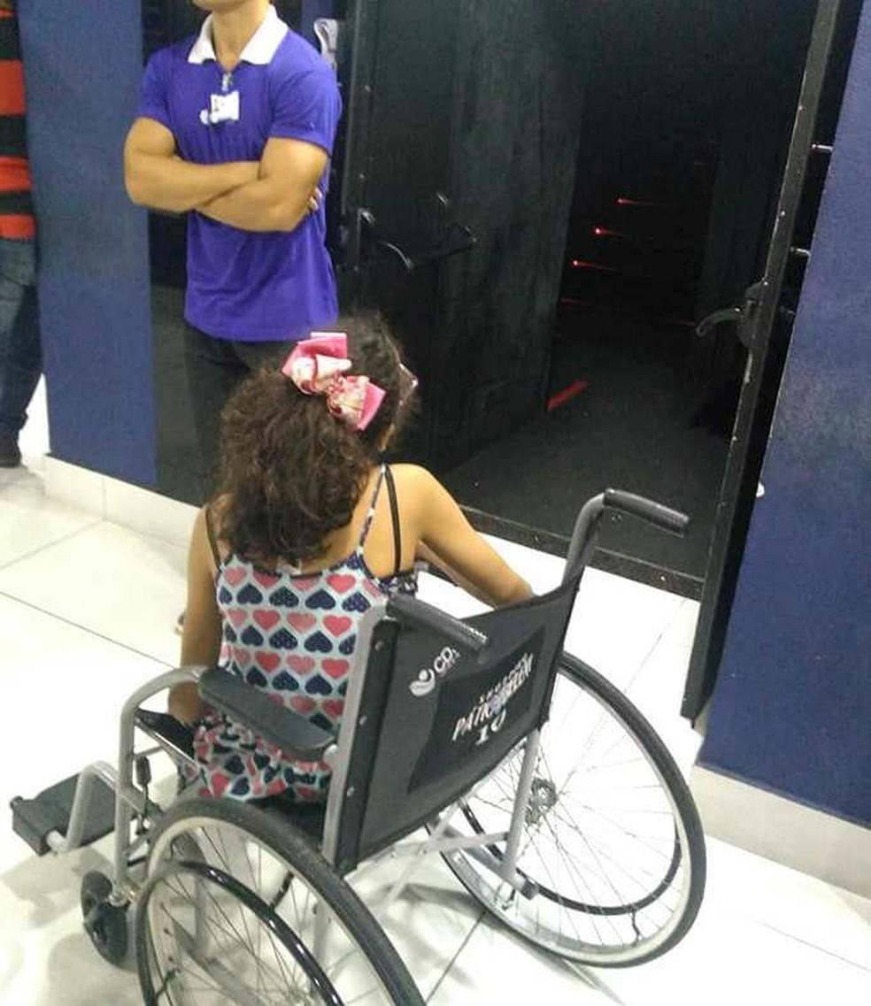 -  Mãe denuncia falta de acessibilidade e inclusão em cinema de Belém.  Foto: Reprodução / Facebook