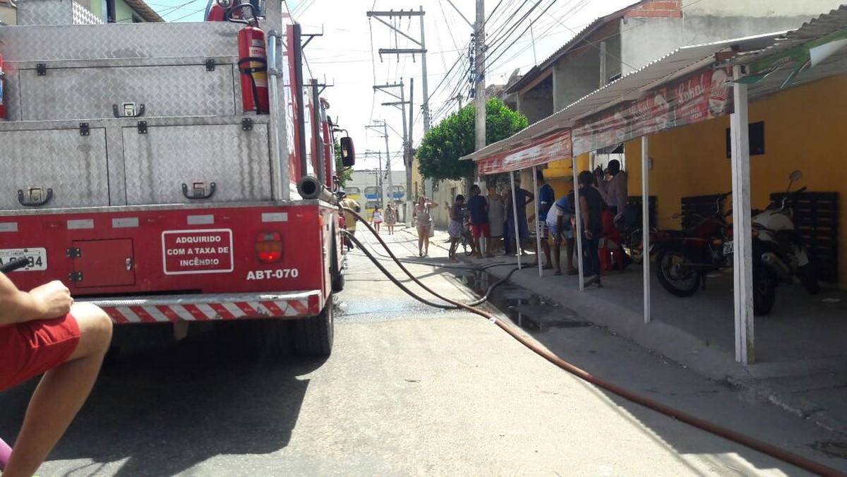 Incêndio destrói casa em Guarus, em Campos, no RJ