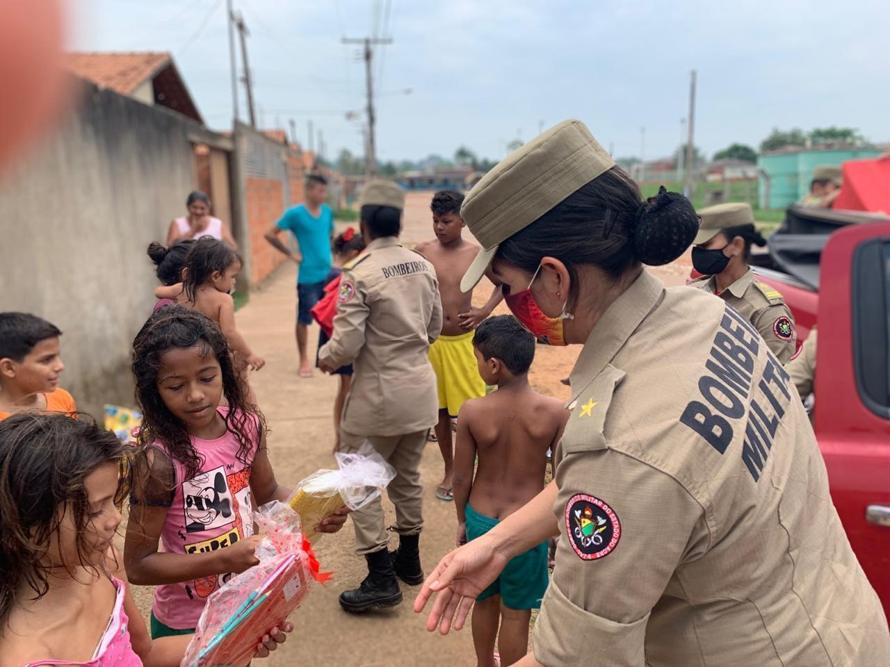 Bombeiros entregam 1,5 mil brinquedos a crianças carentes em ação no Acre