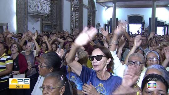 Basílica do Carmo é tomada por fiéis em dia dedicado à santa, padroeira do Recife