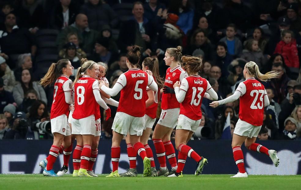 Jogadoras do Arsenal comemoram um dos gols da vitória sobre o Tottenham no Inglês Feminino — Foto: Matthew Childs/Reuters