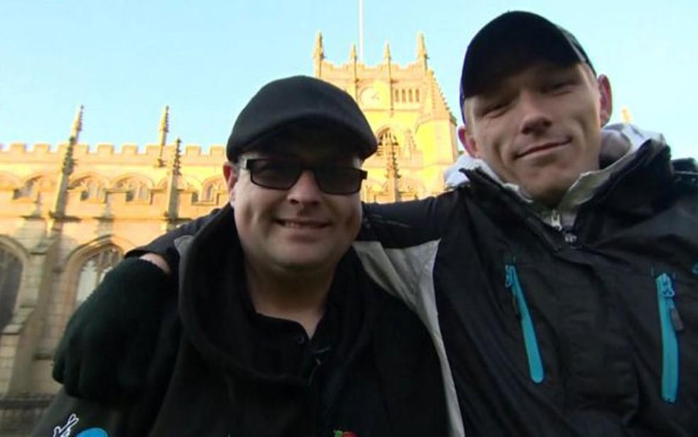 Roy e Billy se reencontraram no pátio de uma igreja mais de 20 anos após serem separados (Foto: BBC)