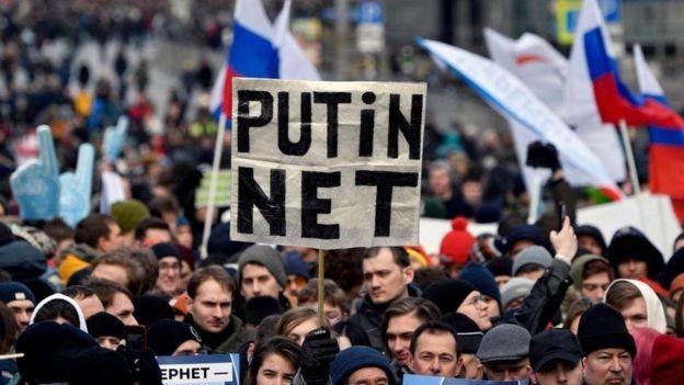 As políticas de internet cada vez mais restritivas da Rússia provocaram protestos em todo o país (Foto: Getty Images)