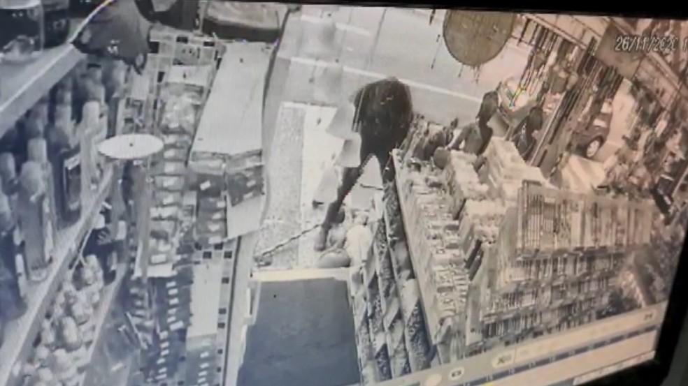 Câmeras de segurança mostram agressão a idoso no Centro de Campinas — Foto: Reprodução/EPTV