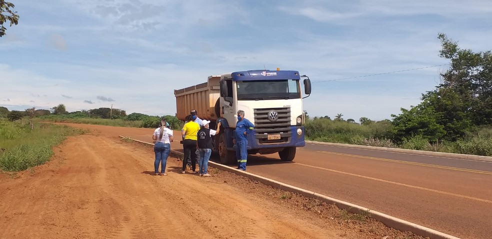 Veículos são abordados em rodovia — Foto: São Felix do Araguaia-MT/Divulgação