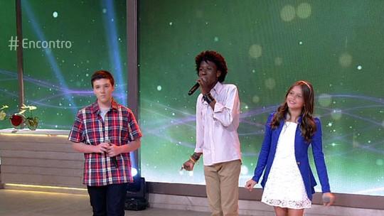 Daniel Henrique, Laura Schadeck e Felipe Adetokunbo, do 'The Voice Kids', cantam no 'Encontro'